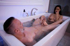 Секс с индивидуалкой в ванной